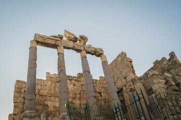 Ruínas de Baalbek, 0s romanos construíram Balbeque para honrar a Júpiter, a Baal e a Baco, e para impressionar as nações do Oriente com o poder e a grandeza de Roma.