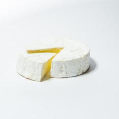 Camembert Käse, isoliert vor weißem Hintergrund