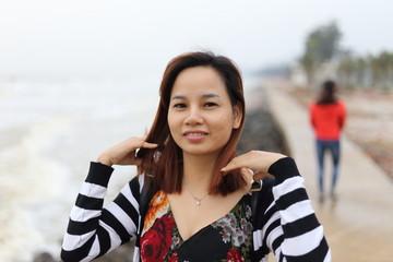 サムソンビーチを旅行する女性