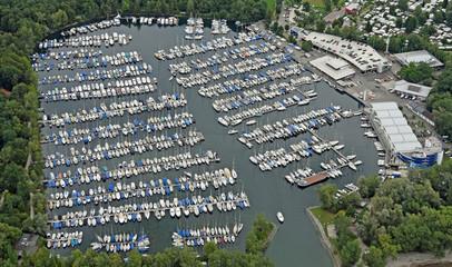 Luftaufnahme des Jachthafens Gohren am deutschen Bodensee-Ufer