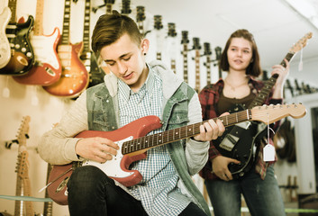 Young musicians are deciding on suitable amp