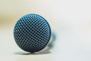 Mikrofon liegend auf Tisch