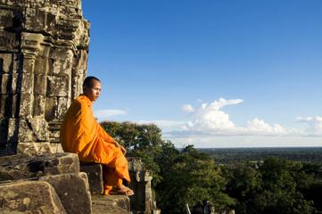 Contemplating monk, Angkor Wat, Siem Reap, Cambodia. Fototapete