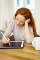 entspannte frau zeichnet auf ihrem tablet