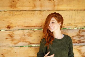 lächelnde frau mit langen roten haaren