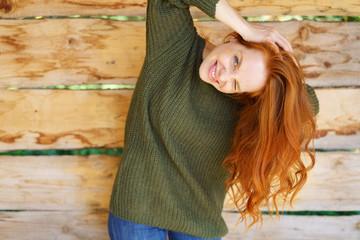 lachende frau steht draußen und schüttelt ihre haare