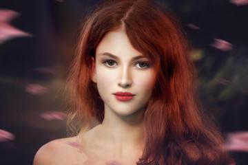 bellissima donna rossa contornata da foglie che cadono