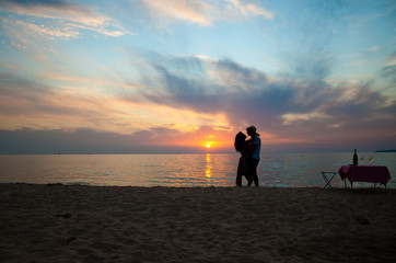 silhouette of love couple in beautiful sunset on the sea