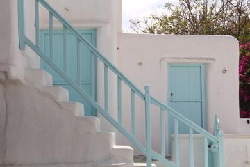 Griechische Türen in Türkis