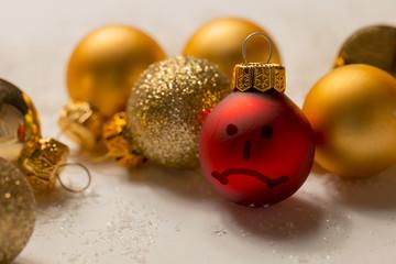 Anti - Weihnachten , Anti -Smilie Gesicht auf Weihnachtskugel
