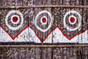Grafismos na maloca da tribo indígena tatuyos no interior do Amazonas