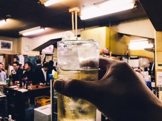 立ち飲み屋で一人飲み。仕事帰りの一杯。飲みニケーション。日常風景