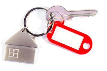 clé maison avec porte-étiquette rouge