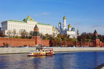 Москва. Большой кремлёвский дворец на берегу Москвы-реки.