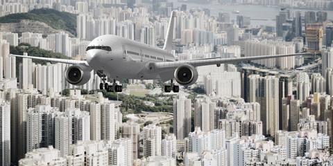 Verkehrsflugzeug nach dem Start über einer Hochhauskulisse