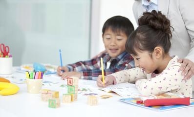 英語を勉強する子供と先生