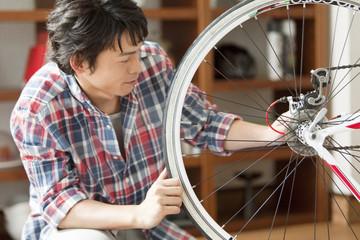 自転車の手入れをする男性