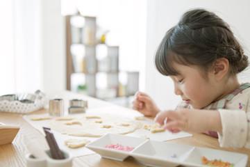 クッキーを作る女の子