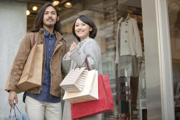 ショッピングをするカップル