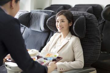機内食を配るキャビンアテンダント