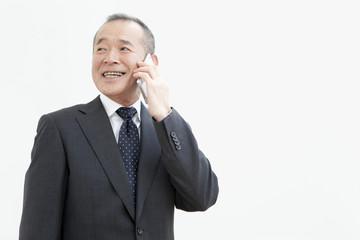 スマートフォンで通話するビジネスマン