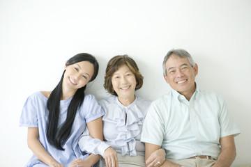 笑顔の親子3人のポートレート