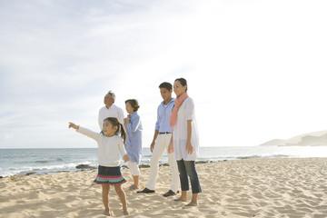 海岸に立つ家族5人