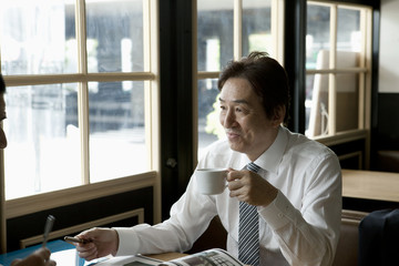 コーヒーを飲む50代男性