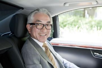 車内の中高年ビジネスマン