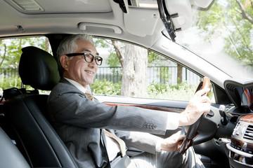 運転をする中高年ビジネスマン