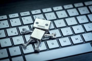 Roboter auf Tastatur, Methapher für Chatbot / Socialbot, Algorithmen und künstliche Intelligenz