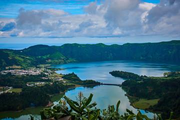 Landschaft bei Sete Cidades auf den Azoren, kleiner Ort im Vulkankrater mit einem See
