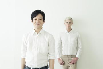 20代の日本人男性と外国人男性