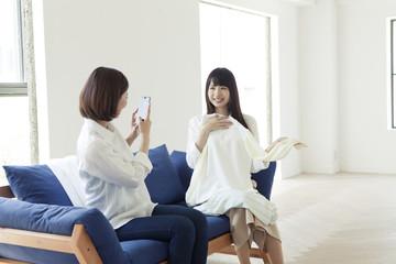 写真を撮る20代女性2人