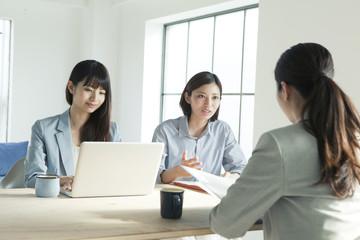 会議中の20代女性3人