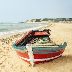 Wrack eines Bootes an der Küste in Spanien