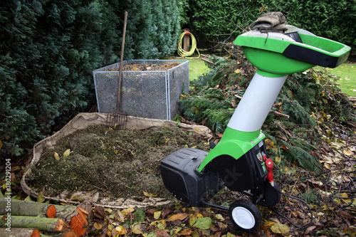 Herbst Arbeitsplatz Im Garten Mit Häcksler Und Kompost Stock Photo