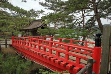五大堂の赤い橋