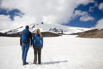 Couple in Icelandic snow / Pärchen im Schnee in Island