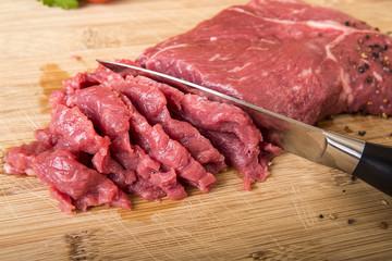 Rinderhüftsteak schneiden