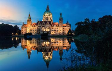 Hanover's city hall at blue hour / Hannovers neues Rathaus zur blauen Stunde