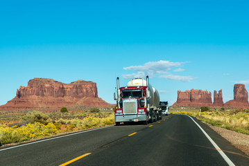LKW auf Straße durch Monument Valley