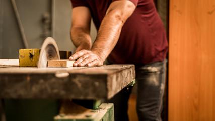 Stolarz pracownik cięcie drewna