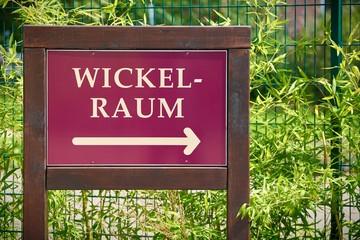 """Hinweisschild mit der Aufschrift """"Wickelraum"""""""