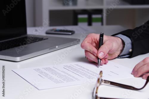 Arbeitsvertrag Einen Vertrag Unterschreiben Stockfotos Und