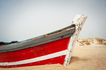 Altes Fischerboot am Strand