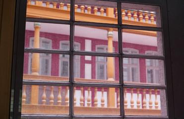 Moderner Nachbau des Rebstock-Hofs in Frankfurt am Main, durch ein Sprossenfenster gesehen