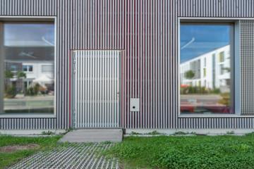 Gebäude Fassade mit Holzlatten Notausgang