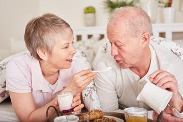 Senioren Paar entspannt sich beim Frühstück