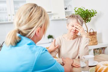 Krankenschwester auf Hausbesuch bei Seniorin